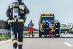 A sérülteket a mentők átveszik.