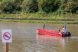 Életmentő egy csónakkal tavon
